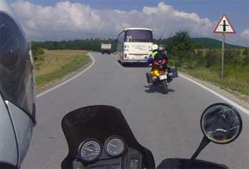 мотоциклист совершает обгон